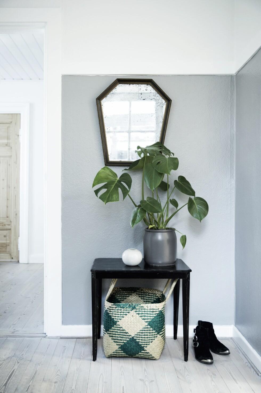 Gangen har Malene malt i en klassisk grå farge som passer i stilen til husets alder. Bordet tilhørte tidligere en venninne og er et av de møblene Malene har reddet fra å bli kastet.