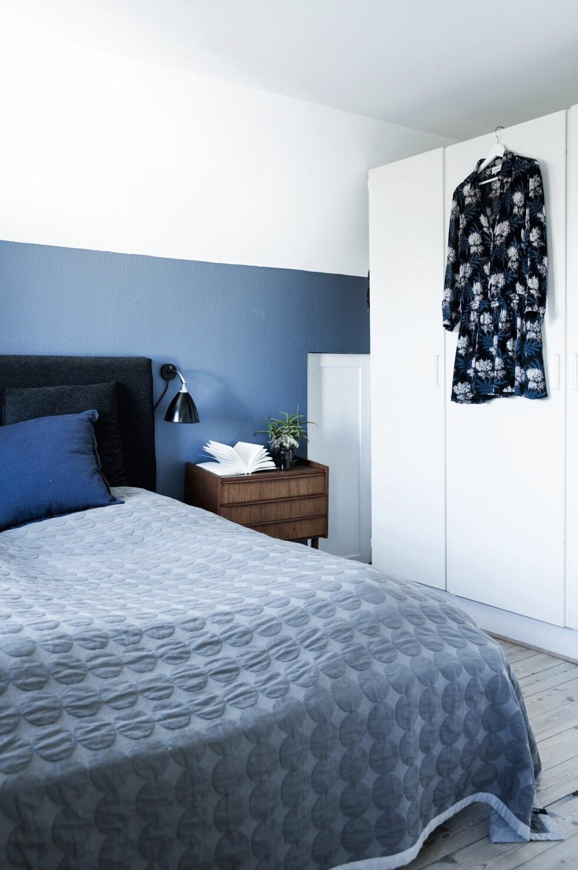 Soverommet domineres av en blå vegg. Malenes far har bygd sengegavlen.