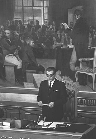 50 ÅR SIDEN: Det var stortingspresident Bernt Ingvaldsen (H) som leste opp kong Olavs erklæring i forbindelse med forlovelsen mellom kronprins Harald og Sonja Haraldsen den 19. mars 1968. FOTO: NTB Scanpix