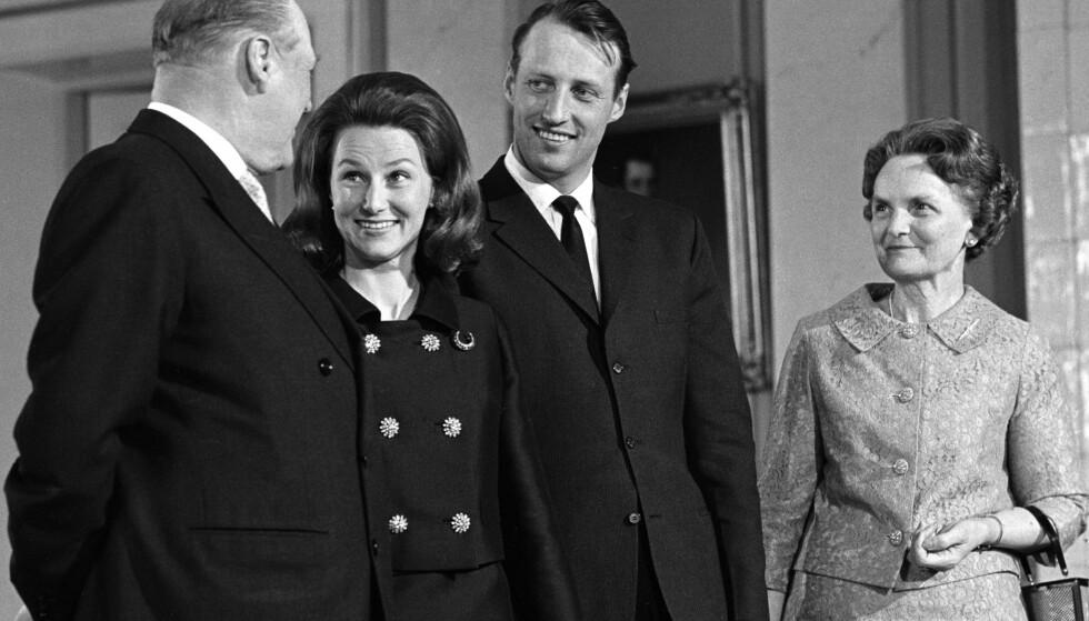 MARKERING: Dette bildet ble tatt på slottet kort tid etter at forlovelsen var kunngjort 19. mars 1968. Fra venstre: Kong Olav, Sonja Haraldsen, kronprins Harald og Sonjas mor Dagny F. Haraldsen. FOTO: NTB Scanpix