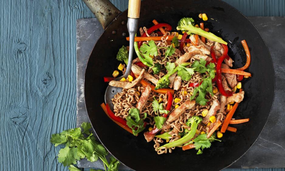 WOK: Gjør alle grønnsakene ferdig på forhånd, så kan retten stekes superraskt i wokpannen. FOTO: Columbus Leth