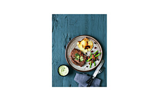 Biff og poteter i form med bønnesalat og kryddersmør