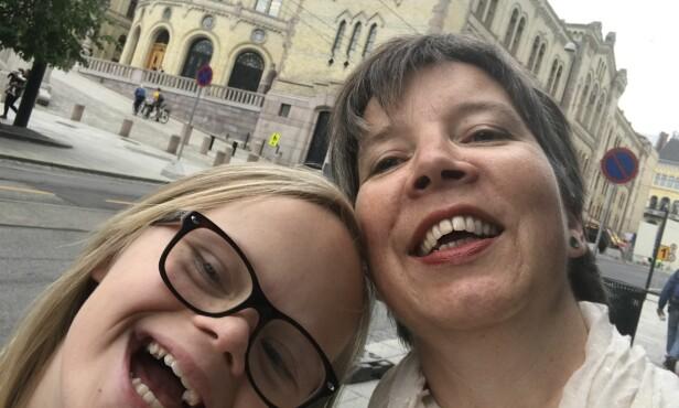 SETTER PRIS PÅ ROCKESOKKENE: Sanna og mamma Karianne Nes synes det er bra at folk er med å feirer mangfoldet på Verdensdagen for Downs syndrom. FOTO: Privat