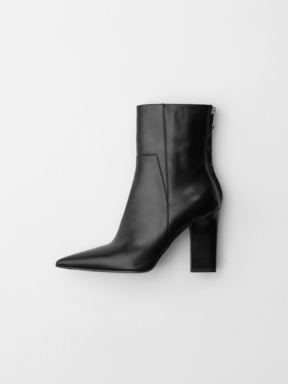 Aeyde |2800,-| https://www.aeyde.com/products/lizette-black-suede
