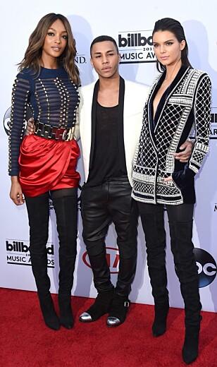 Designer Olivier Rousteing (i midten) viser frem samarbeidskolleksjonen sin med H&M. Her er Jourdan Dunn (t.v.) og Kendall Jenner (t.h.) i designet. FOTO: Scanpix