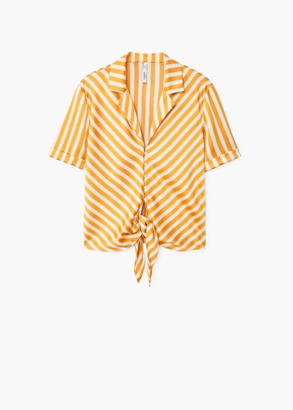 Topp fra Mango  349,-  https://shop.mango.com/no/damer/skjorter-bluser/l%C3%B8stsittende-bluse-med-knute_21057037.html?c=15&n=1&s=search