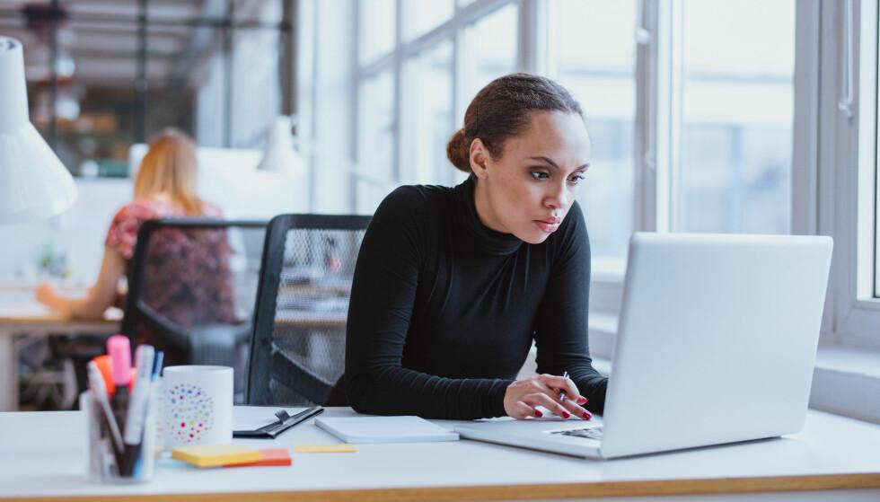 STILLESITTENDE JOBB: Sitter du mye stille på jobb? Beveg deg mer! FOTO: NTB Scanpix