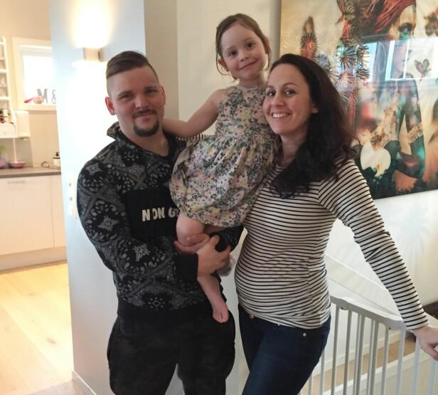 GRAVID I 23. UKE: Etter å ha opplevd mer enn 16 spontanaborter håper Stian og Mona nå at datteren Jenny kan få bli storesøster. Foto: Privat