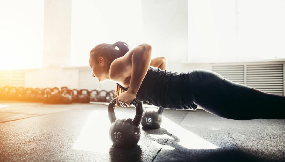 STYRKEØVELSER: Jenter som trener styrke øker forbrenningen og går dermed fortere ned i vekt. FOTO: NTB scanpix