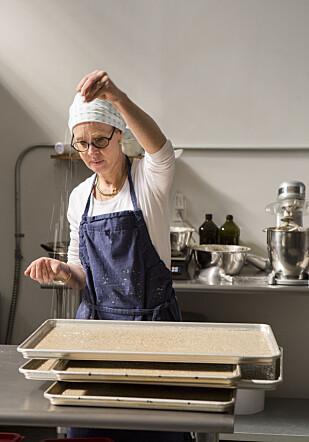 BAKER SELV: Hedvig baker alle knekkebrødene selv, men nå drømmer hun om å utvide bakerivirksomheten og ansette flere knekkebrødbakere. Foto: Jean Bourbon