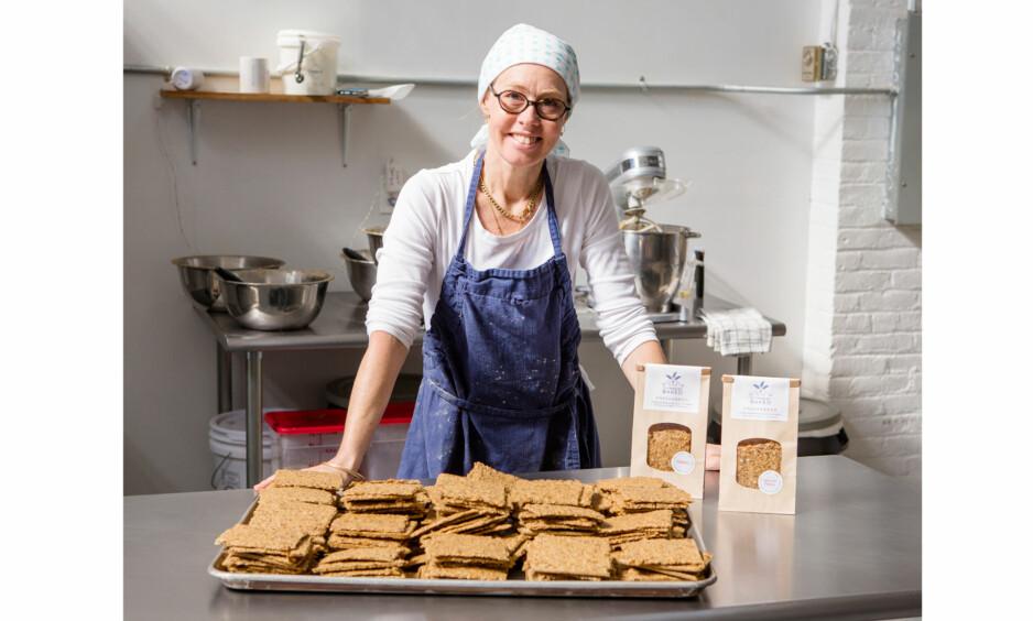 KNEKKEBRØD: I dag selger Hedvig Bourbon knekkebrød til 29 butikker. Det var under en ferietur til Norge at hun fikk øynene opp for den norske tradisjonen. Dette bildet er tatt på storkjøkkenet i Brooklyn. FOTO: Jean Bourbon