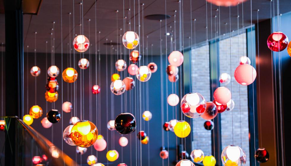 LUKSUS: Det første publikum blir møtt av når de entrer ODEON kinosenter er lampene fra det kanadiske merket Bocci. Det er administrerende direktør Ivar Halstvedt som har plukket dem ut. FOTO: Margaret Kwarteng