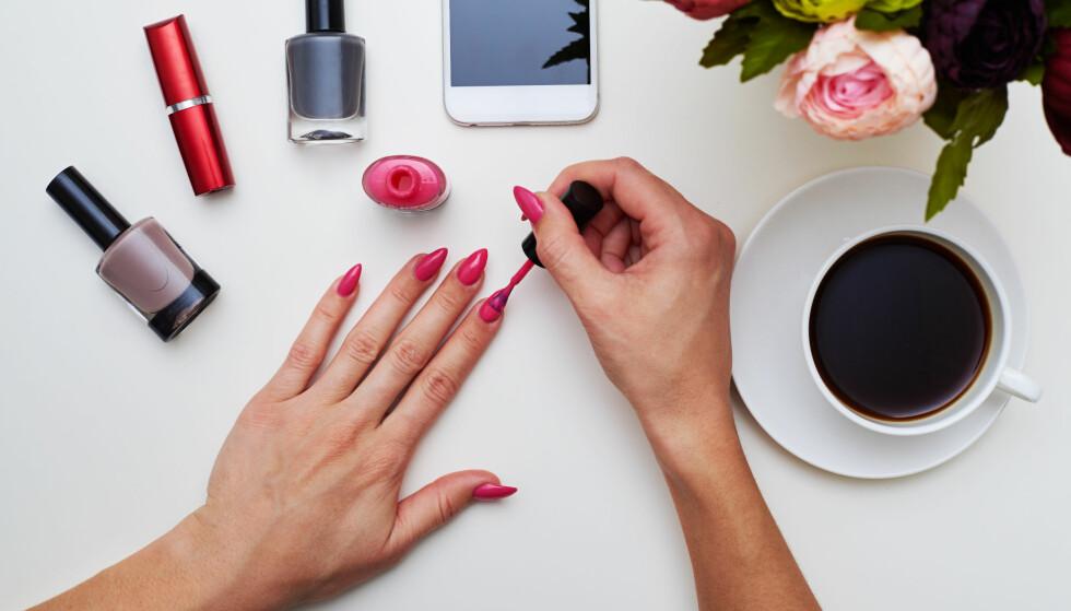 NEGLER: Bør man gå for de dyreste neglelakkene, eller duger de billige? Få negledesignerens beste tips! FOTO: NTB Scanpix