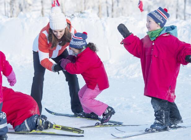 <strong>GREPA DAME:</strong> Hertuginne Kate hjalp et av barna på beina igjen da hun besøkte Øvresetertjern ved Tryvann i begynnelsen av februar. Foto: NTB Scanpix