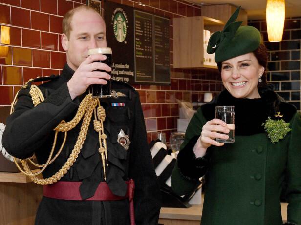 <strong>SKÅLTE I VANN:</strong> Den høygravide hertuginnen var i storform under St. Patrick's Day-feiringen i midten av mars, og skålte selvfølgelig i vann. Den kommende trebarnsfaren så ut til å hygge seg med et glass Guinness under den årlige Irish Guards St. Patrick's Day-paraden i London. Foto: NTB Scanpix