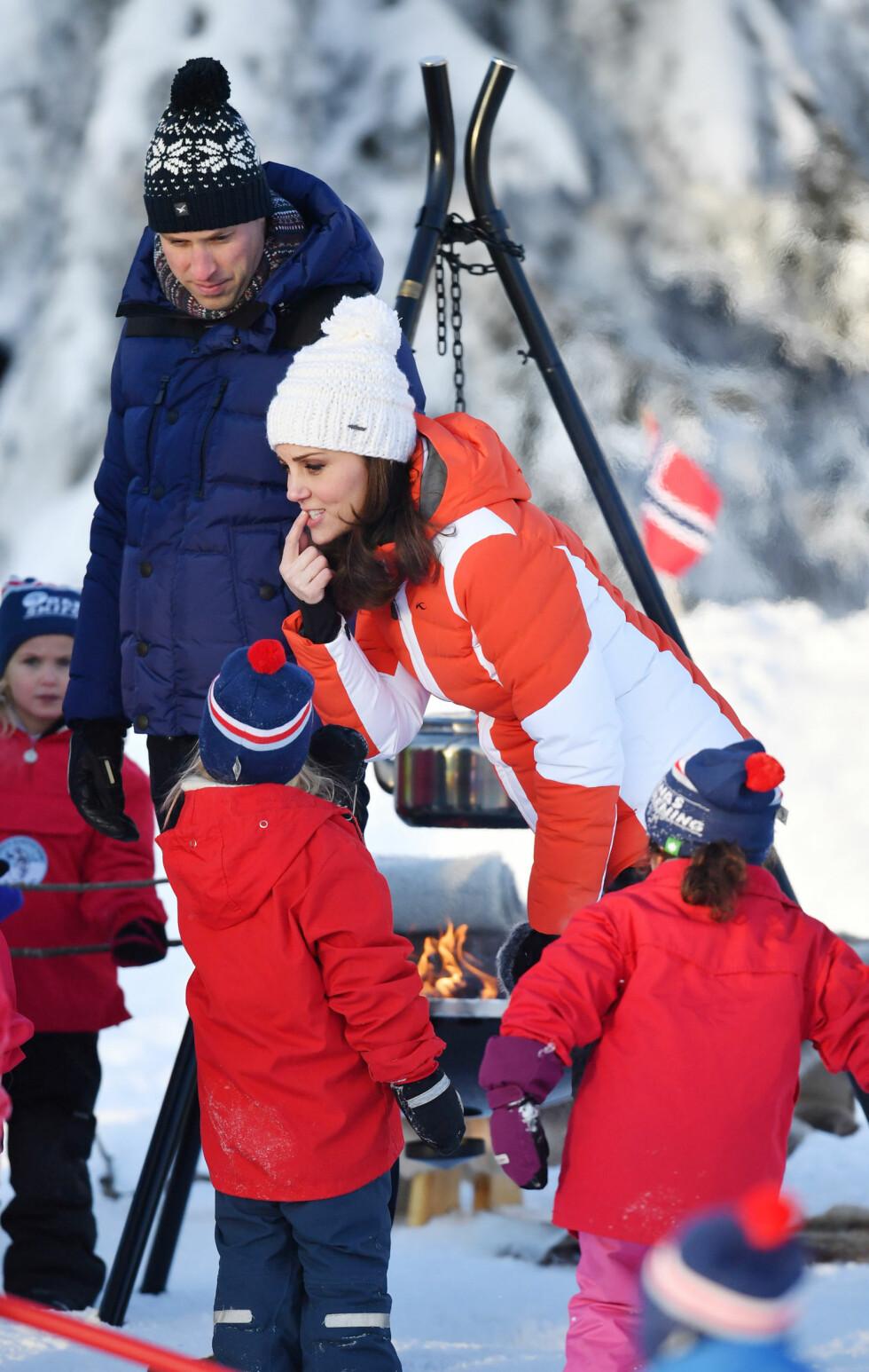 <strong>I NORGE:</strong> Hertugparet av Wales var på sitt aller første offisielle oppdrag i Norge 1.-2. februar. Her fra sitt besøk på Øvresetertjern ved Tryvann. Foto: NTB Scanpix