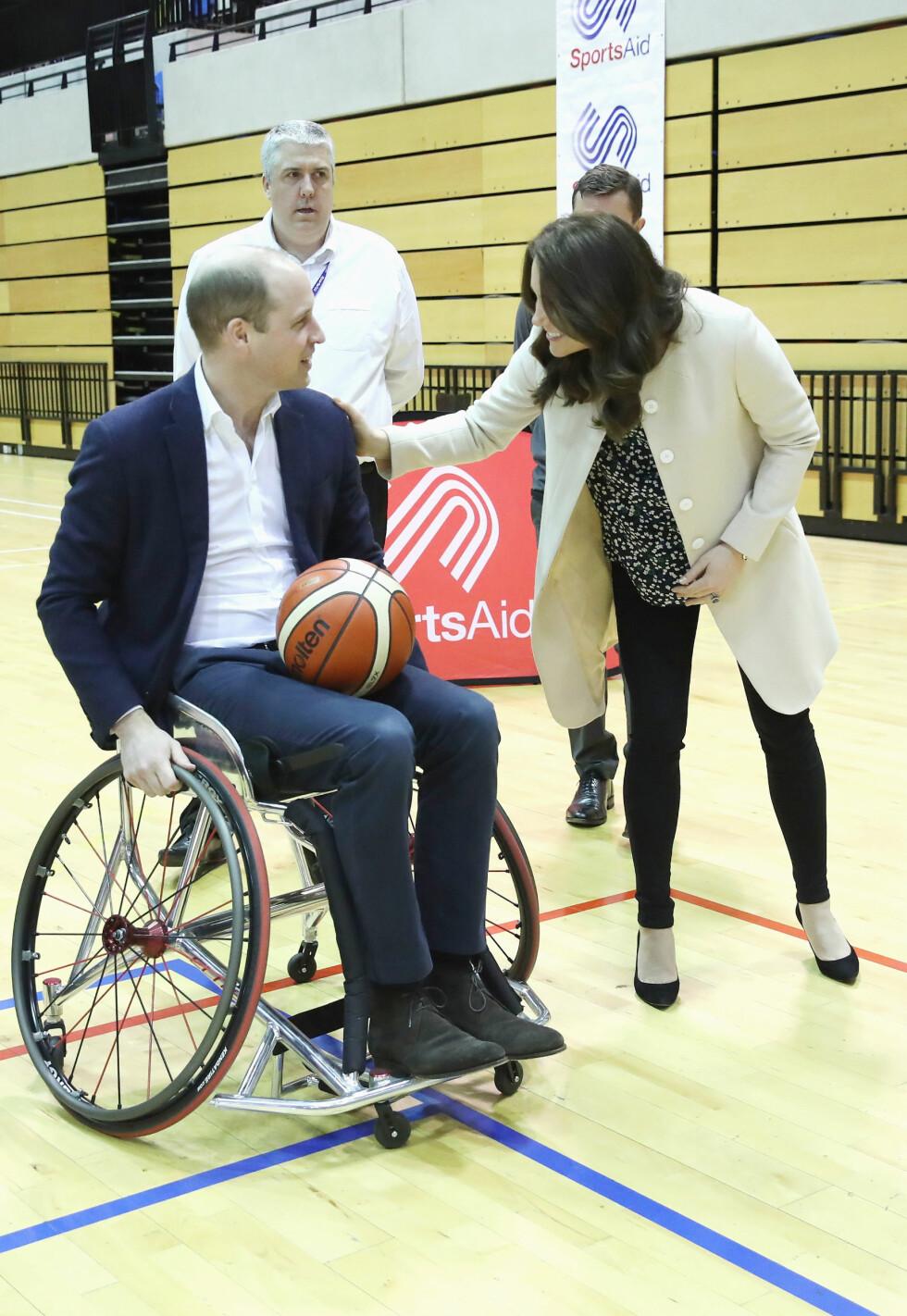 <strong>HEIA, HEIA:</strong> Hertuginne Kate ga ektemannen et klapp på skulderen da han testet ut rullestolbasket på Copperbox Arena i London 22. mars. Foto: NTB Scanpix