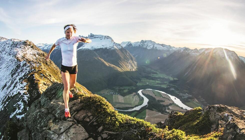 LØPEKJÆRESTE: Alle bildene i boka til Emelie Forsberg er tatt av kjæresten hennes Kilian Jornet - som også er profesjonell løper og skialpinist. Hun beskriver det som et privilegium å få dele både hobby, fritid og jobb sammen med han. FOTO: Kilian Jornet