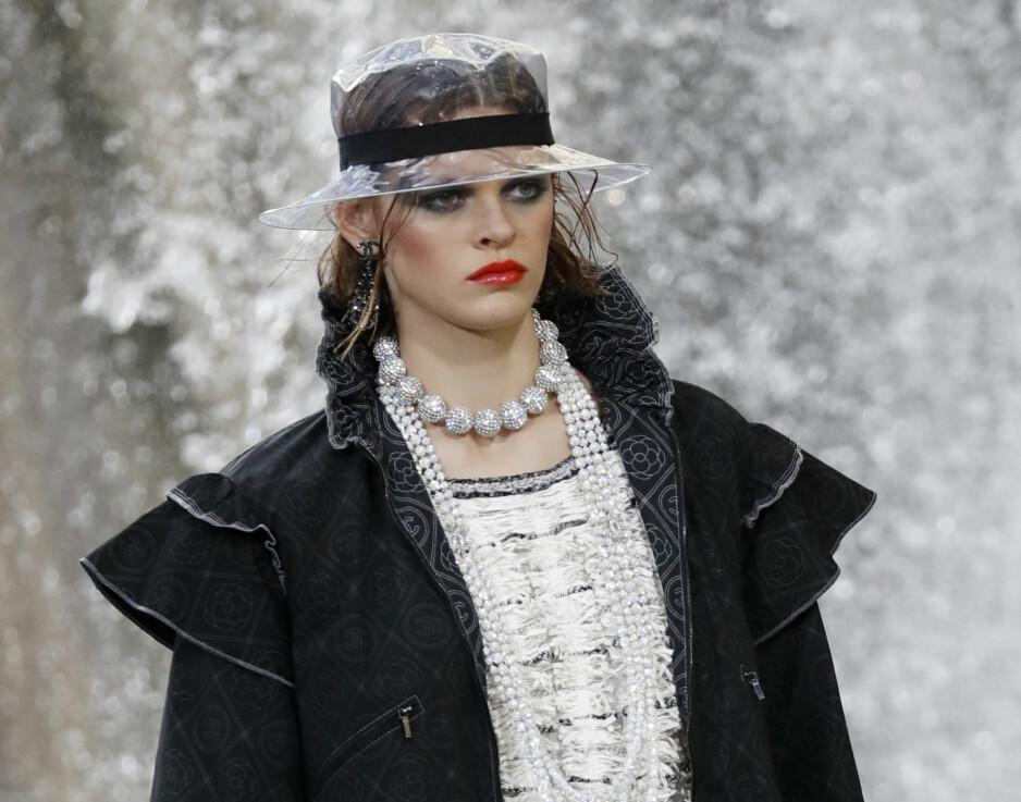 PERLER: Perler er tilbake for fullt. Her fra vårvisningen til Chanel. FOTO: NTB Scanpix