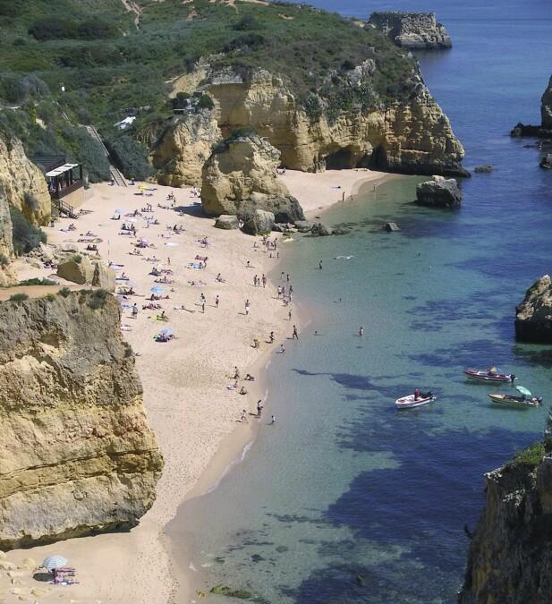 ALGARVE-KYSTEN: Landet har mange flotte strender.  Denne heter Praia do Camilo og ligger ved Lagos på Algarve-kysten. FOTO: NTB Scanpix