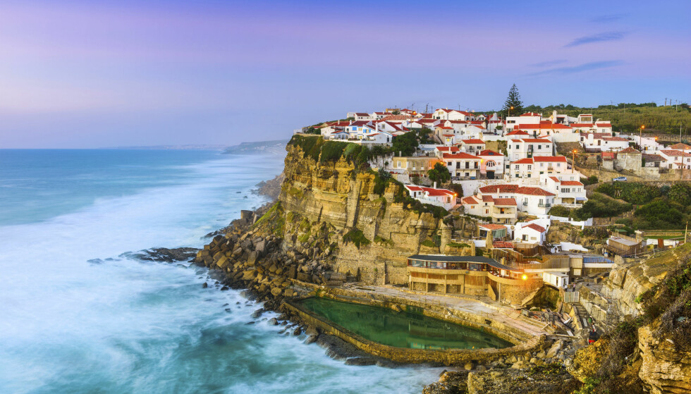 PORTUGAL: Kystbyen Azenhas do Mar med sine vakre hus og fantastiske sjømatrestauranter ligger bare en halvtimes kjøretur utenfor Lisboa. FOTO: NTB Scanpix