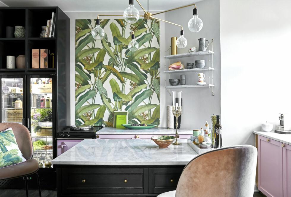 Fine, håndlagde kjøkkenøyer er dyre. Derfor satte familien sammen to av Ikeas «Malsjö»-skjenker imassiv eik og la en marmorplate over. Dette gir masse oppbevaringsplass. Marmorplaten er fra Borderstone. Grepene i børstet messing er fra H.Skjalm P. Lysekronen er fra Menu. Den behagelige barstolen med velurtrekk er fra Gubi.