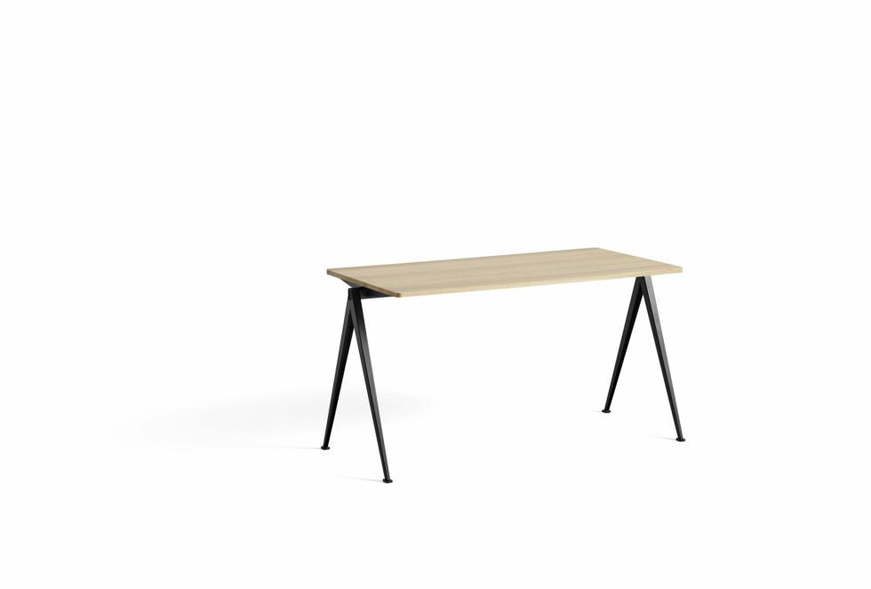 Spisebordet «Pyramid» er lett og elegant iformen (kr 8 150. Hay).