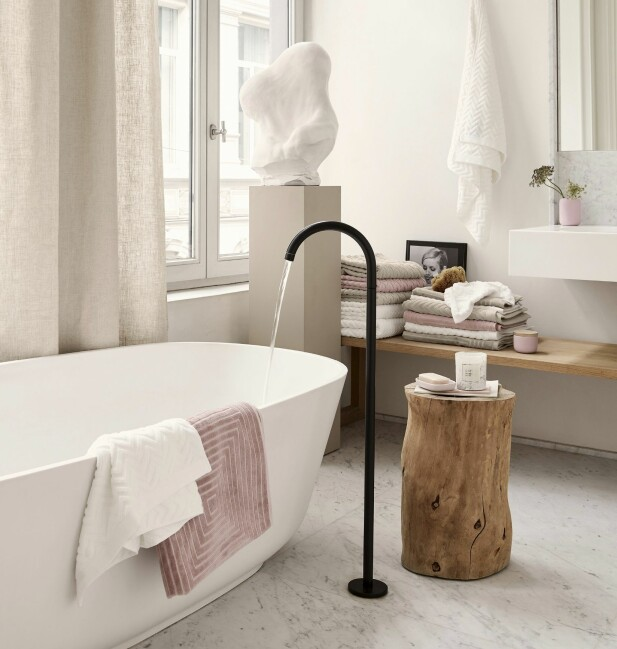 BADET: Hvitt er ikke bare hvitt. Flere nyanser som går fra beige mot hvitt og mange ulike teksturer og overflater, gjør dette lyse badet lunt og varmt. tekstiler fra H&M Home. FOTO: Produsentene