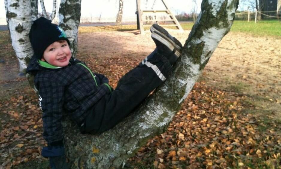 MISTE ET BARN: På bare noen få sekunder klarte Tristan å rive seg løs fra mammas hånd, og løpe opp på jernbaneovergangen. Da kom toget. FOTO: Privat