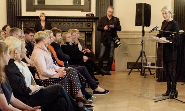 VERTINNE: Innovasjon Norge-direktør Anita Krohn Traaseth var vertskap da det ble arrangert en to dager langt innovasjonstilstelning i New York i mars. Her taler hun til gjestene. På første rad sitter kronprinsesse Mette-Marit. Foto: Nordic Innovation/Magnus Buer