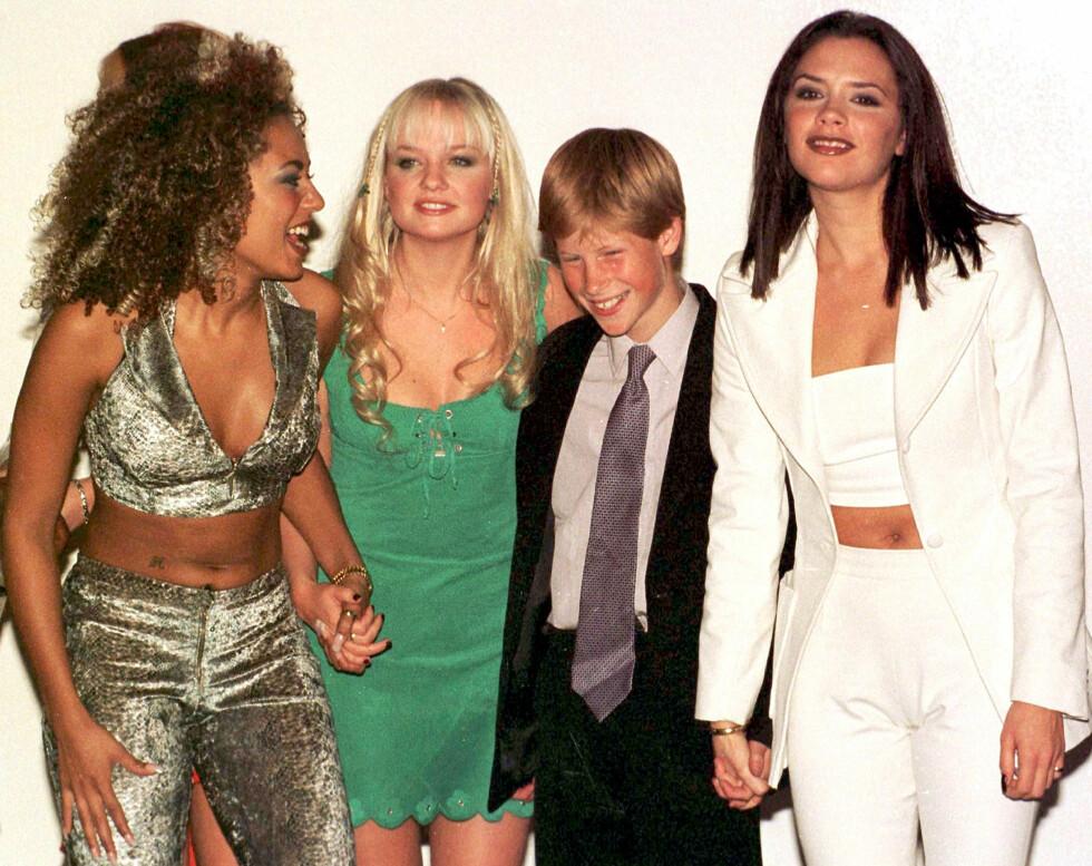 Noen av Spice Girls-jentene sammen med en ung prins Harry