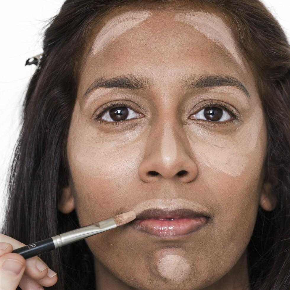 1. Legg en highlighter som er lysere enn huden din på steder du vil framheve og lysne.