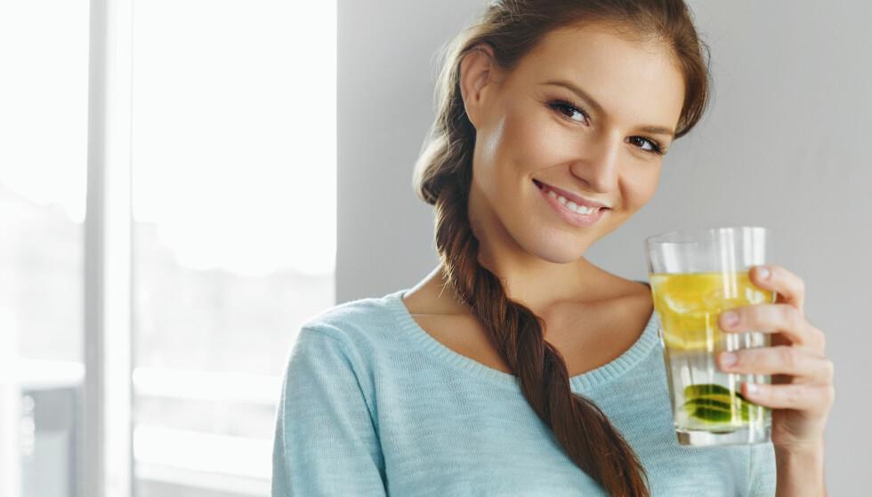 <strong>SITRONVANN:</strong> Lunkent eller varmt vann med sitronjuice er supertrendy, men at det øker forbrenningen stemmer dessverre ikke. FOTO: NTB Scanpix