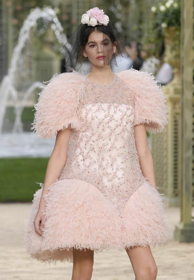 KAIA GERBER: Denne våren har Kaia Gerber gjort kampanjer for Versace, Calvin Klein, Marc Jacobs og Omega. Her er hun på catwalken for Chanel. FOTO: NTB Scanpix