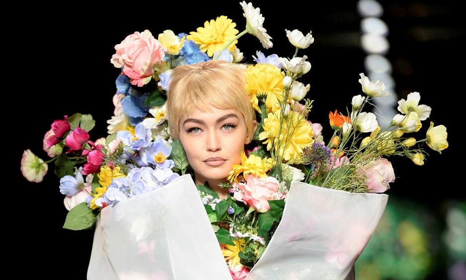 H&M X MOSCHINO: Designeren til Moschino, Jeremy Scott, skal designe den neste samarbeidskolleksjonen til H&M. Her er Gigi Hadid på catwalken fra Moschinos SS18 visning. Foto: Scanpix