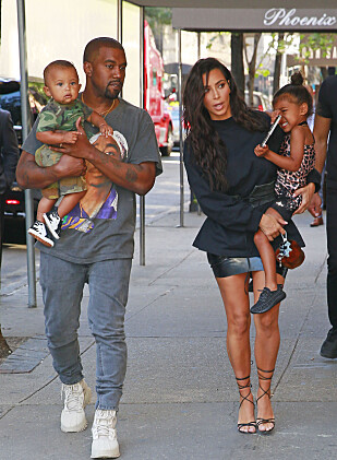 TRAVEL SMÅBARNSFAMILIE: Kim Kardashian og ektemannen Kanye West har barna North (t.h.), Saint (t.v.) og lille Chicago sammen. Foto: NTB Scanpix