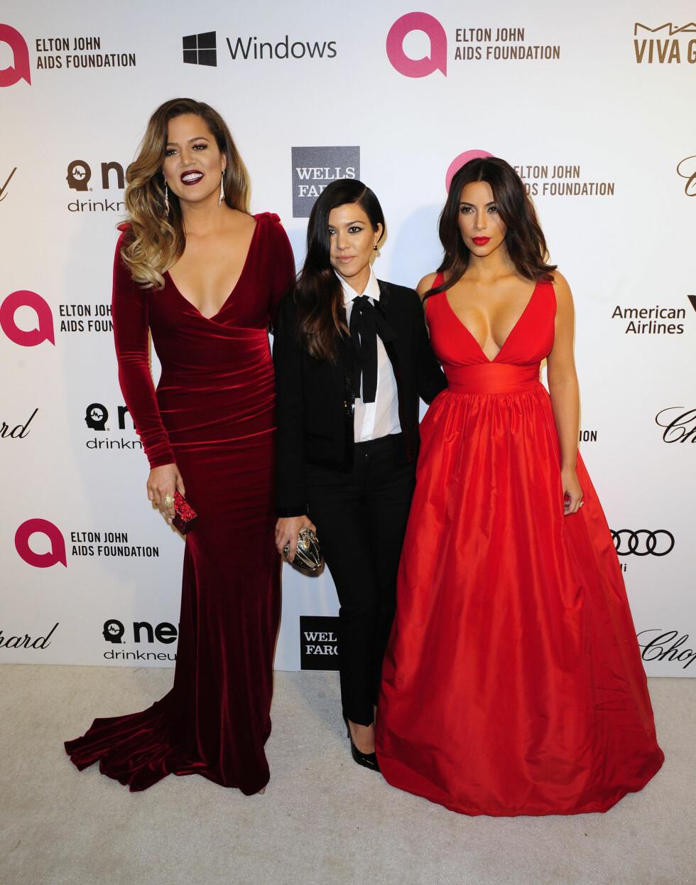FLOTTE SØSTRE: Khloé, Kourtney og Kim Kardashian poserte sammen på Elton Johns AIDS Foundation-fest i forbindelse med Oscar-utdelingen i 2014. Foto: NTB Scanpix