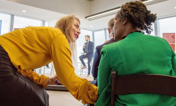 KNYTTER KONTAKTER: Thea forteller til KK at hun elsker å bli kjent med nye mennesker og knytte kontakter på tvers av kultur og landegrenser. Her i samtale med en annen deltaker under eventet på kvinnedagen i New York i mars. FOTO: Magnus Buer/Nordic Innovation