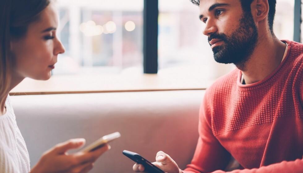 SNOKING: Titter du gjennom telefonen hans hver gang du får sjansen? Det kan være et tegn på tillitsproblemer. Foto: Scanpix.