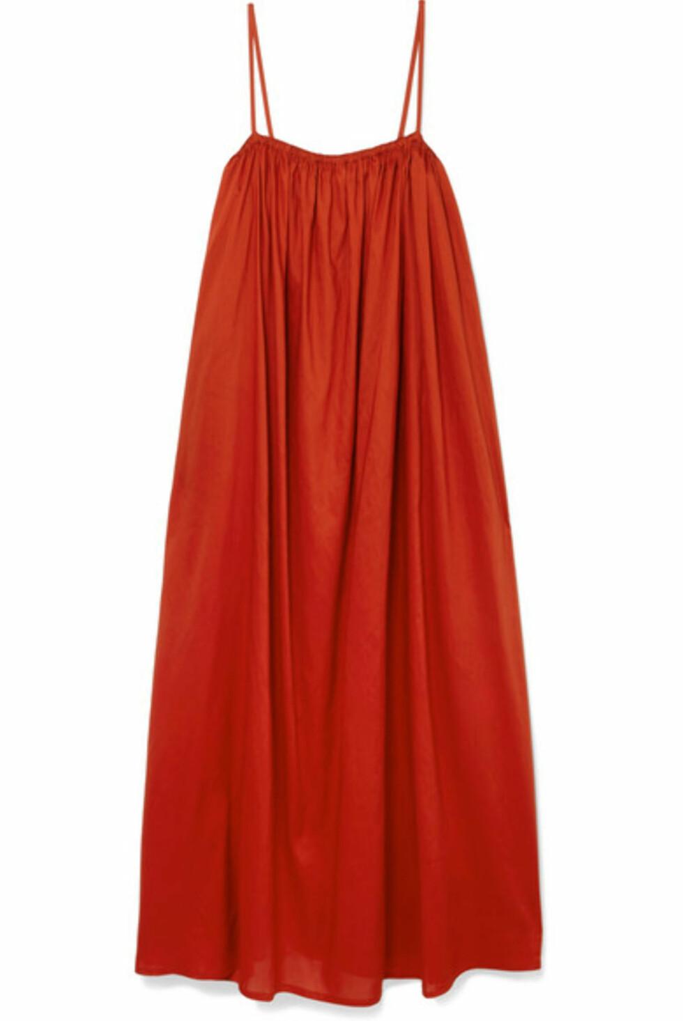 Kjole fra Toteme |3000,-| https://www.net-a-porter.com/no/en/product/1037732/toteme/macau-voile-maxi-dress