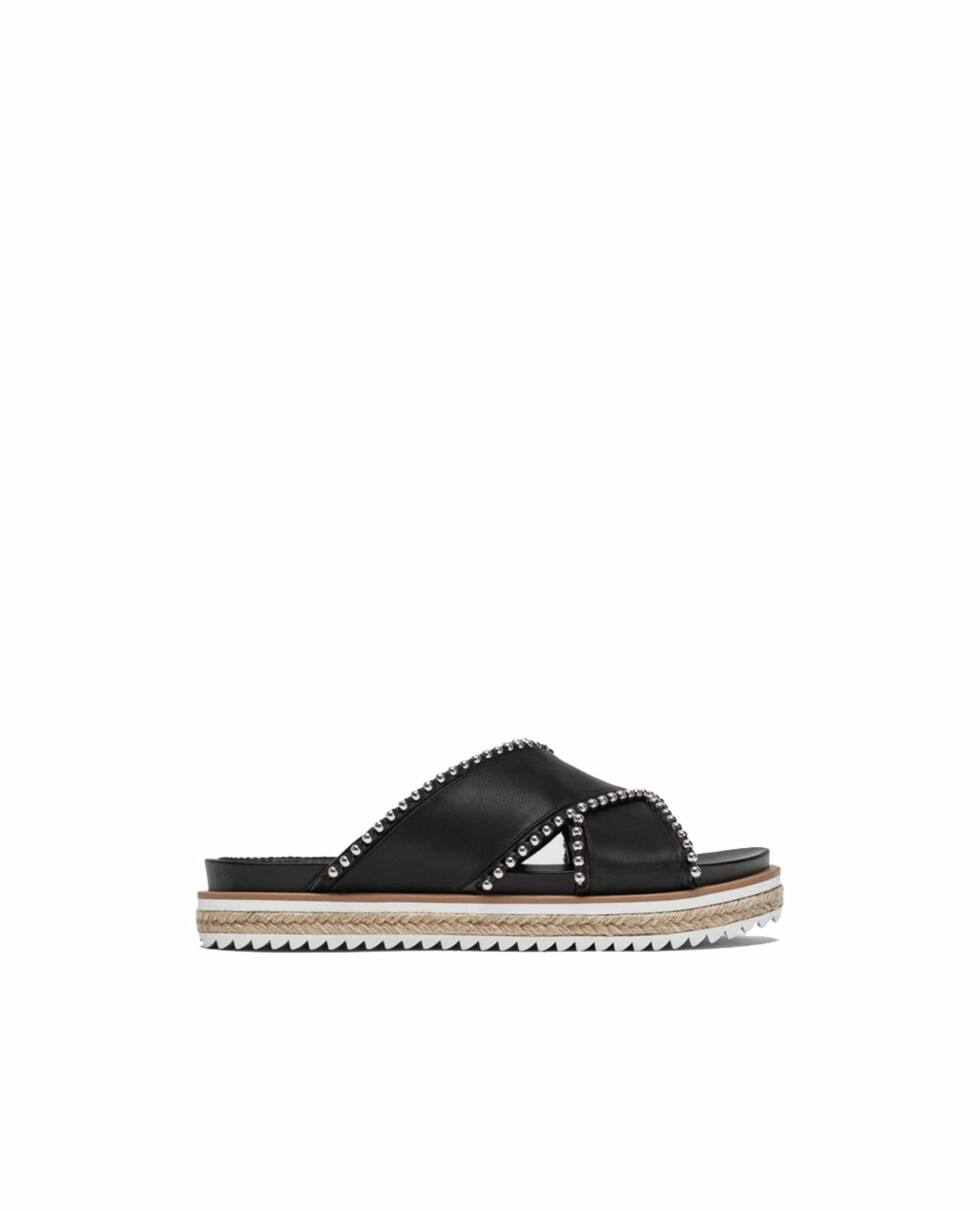 Sandaler fra Zara |499,-| https://www.zara.com/no/no/flat-sandal-med-sm%C3%A5-kuler-p11606301.html?v1=6094512&v2=805003