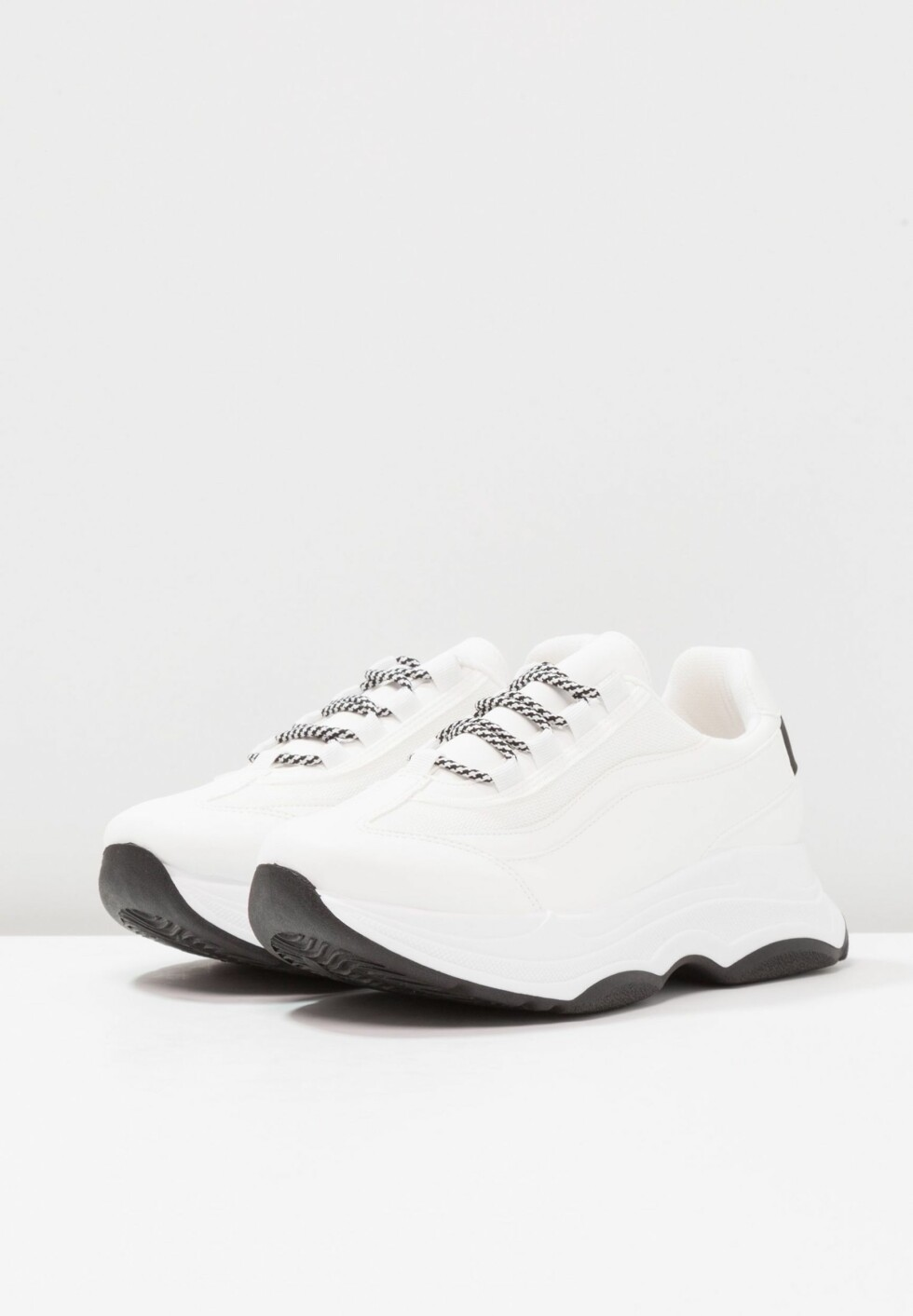 Sneakers fra River Island via Zalando.no |500,-| https://www.zalando.no/river-island-joggesko-white-ri911a051-a11.html