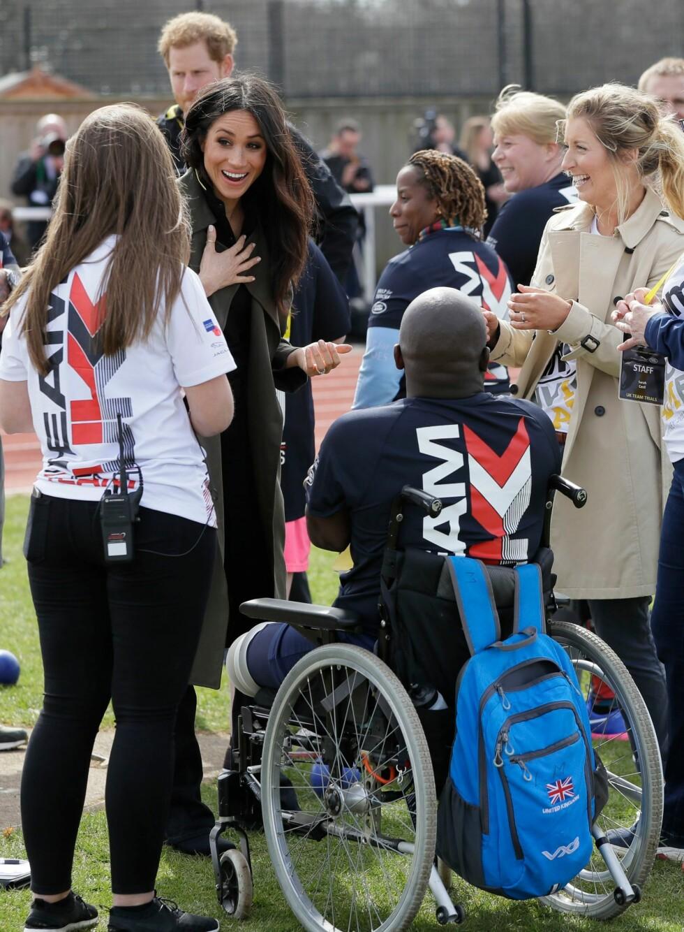 <strong>ENGASJERT:</strong> Meghan Markle tok seg tid til å snakke med en deltaker under et event i april. Deltakerne forberedte seg til Invictus Games Sydney 2018. FOTO: NTB Scanpix