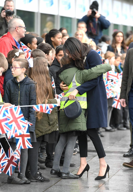 <strong>I MØTE MED FOLKET:</strong> Meghan Markle ga en god klem til en britisk fan under en tilstelning i Birmingham på kvinnedagen. FOTO: NTB Scanpix