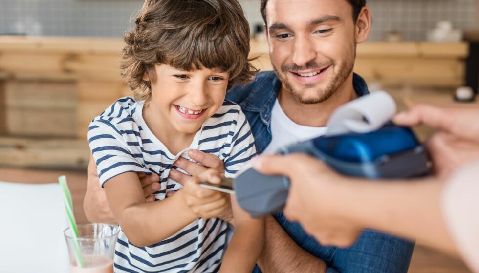 BARN OG ØKONOMI: Dersom du lar barnet få prøve å feile litt i ung alder, kan de ifølge ekspertene kanskje unngå større tabber når de blir eldre. Foto: NTB Scanpix