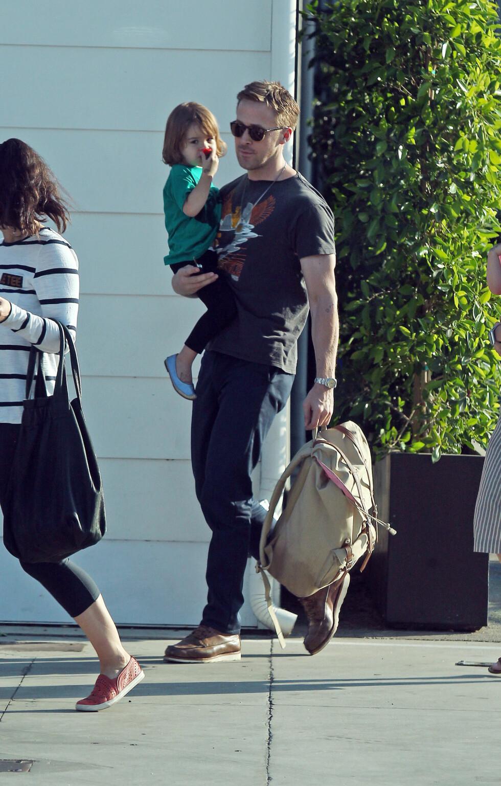 PLAYDATE: Ryan Gosling på vei til en playdate med datteren Esmeralda på armen. Bildet er fra juli 2017. FOTO: NTB Scanpix
