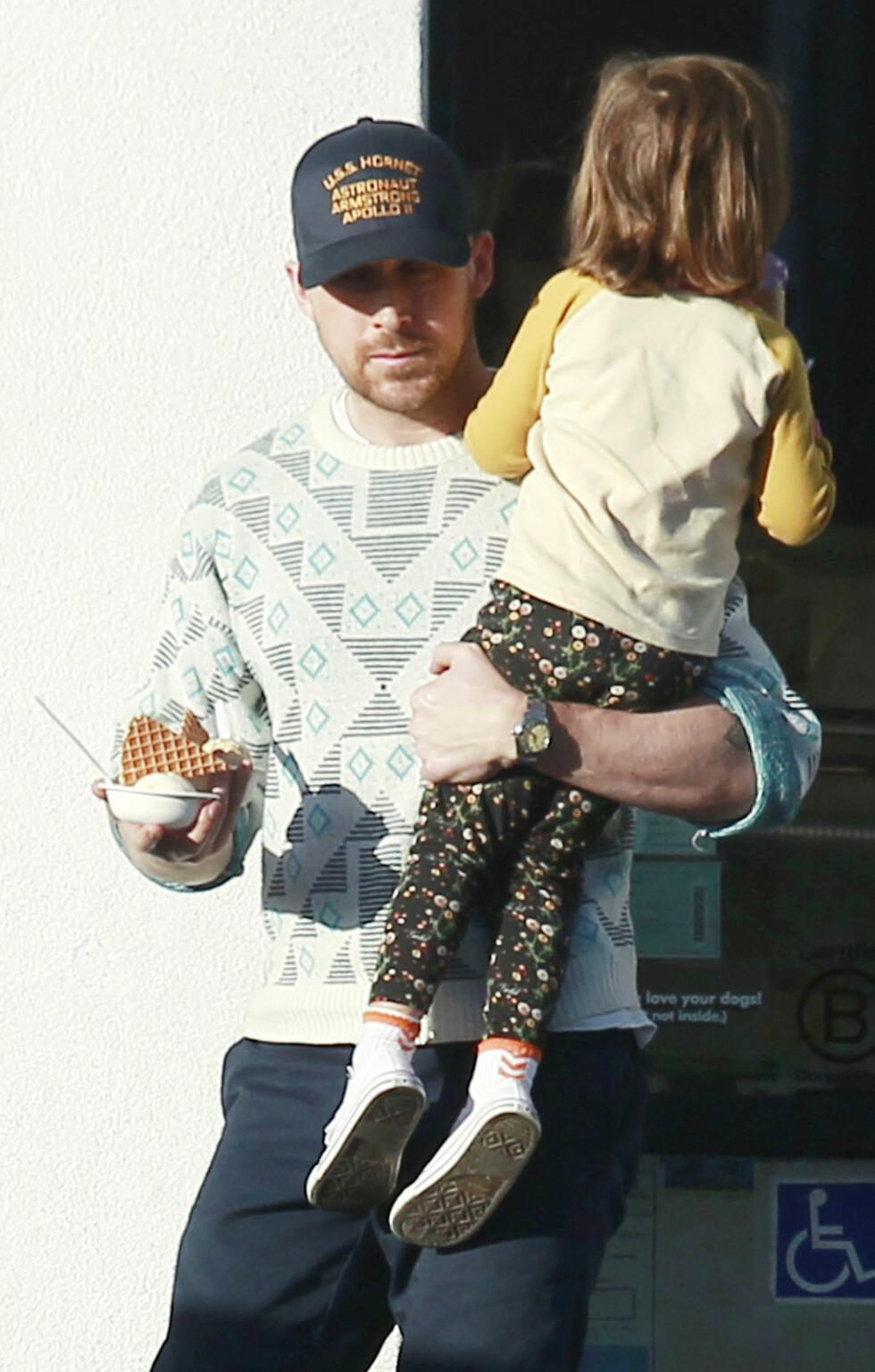 SØTE: Vi smelter helt av bildene av Ryan Gosling med datteren på armen! FOTO: NTB Scanpix