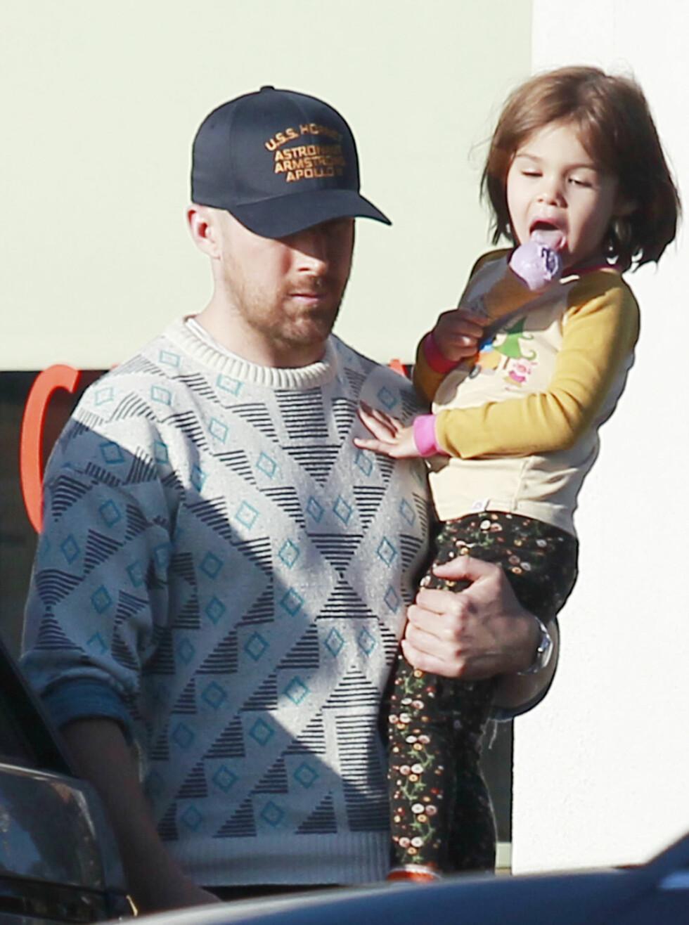 ISKREM-PAUSE: Ryan Gosling med datteren Emeralda på iskrem-shopping i april i år. FOTO: NTB Scanpix
