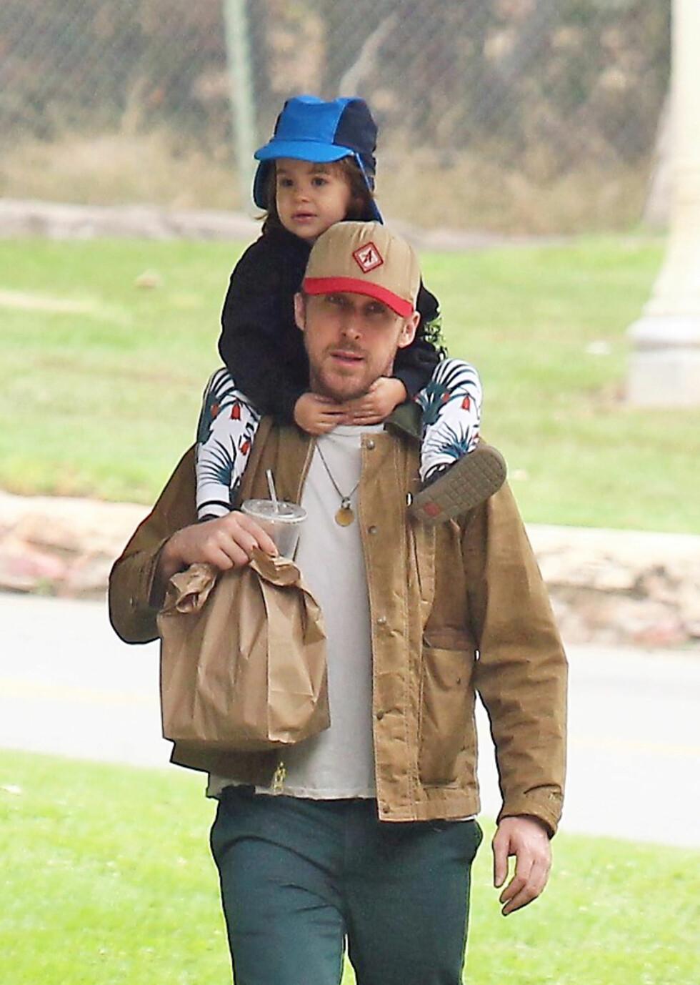 SUPERPAPPA: Ryan Gosling med eldstedatteren Esmeralda i Los Angeles i fjor sommer. FOTO: NTB Scanpix