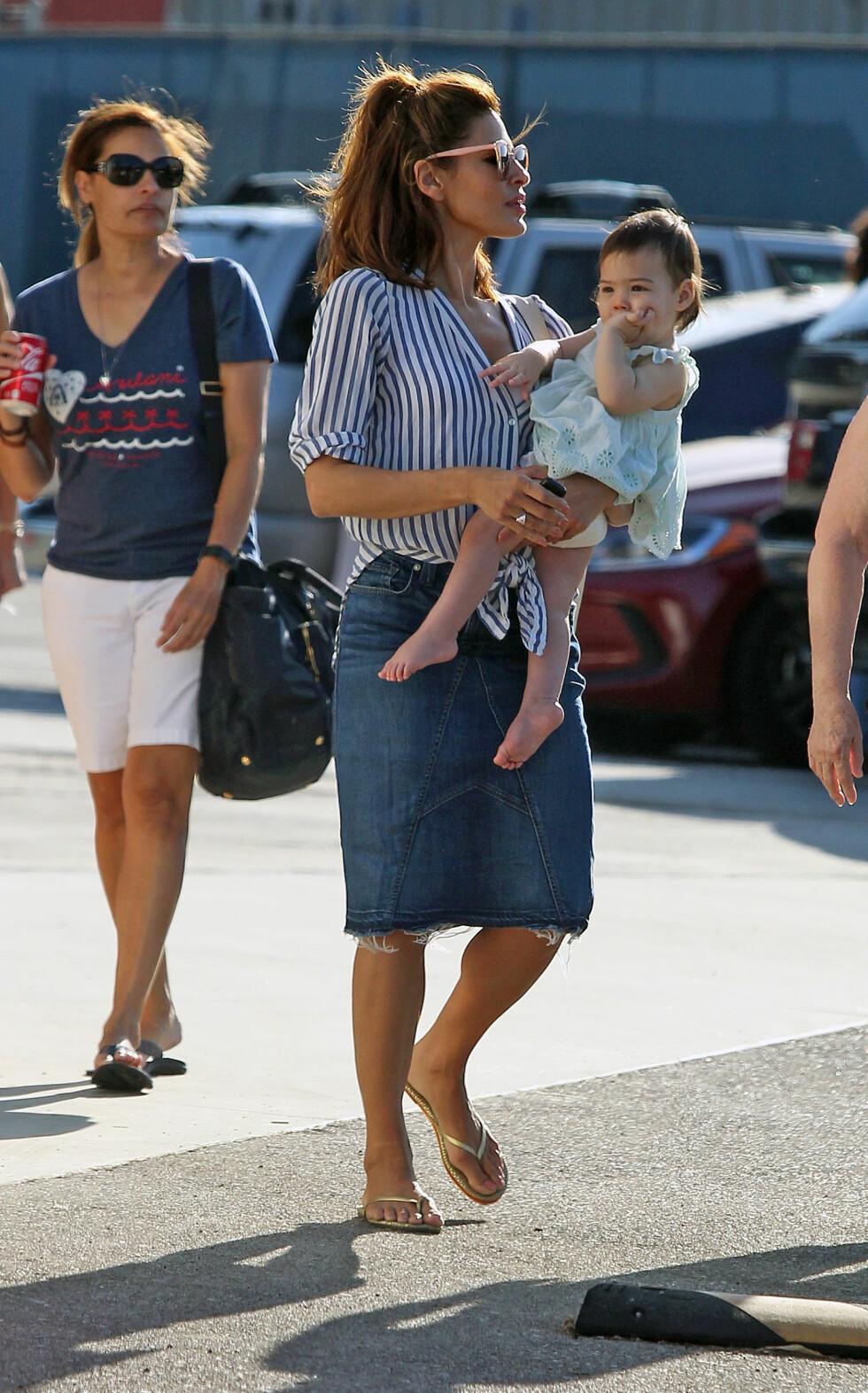 PÅ SHOPPING: Eva Mendes med yngstedatteren Amada på shopping i California i fjor sommer. I bakgrunnen er Evas mor Eva Perez Suarez. FOTO: NTB Scanpix